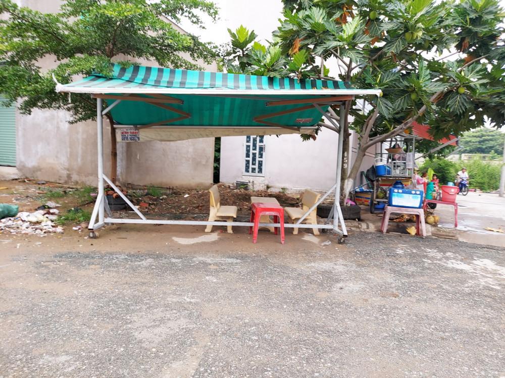 Tại công trình bị tạm dừng thi công suốt hai năm của gia đình chị Thảo, mọc lên một quán giải khát