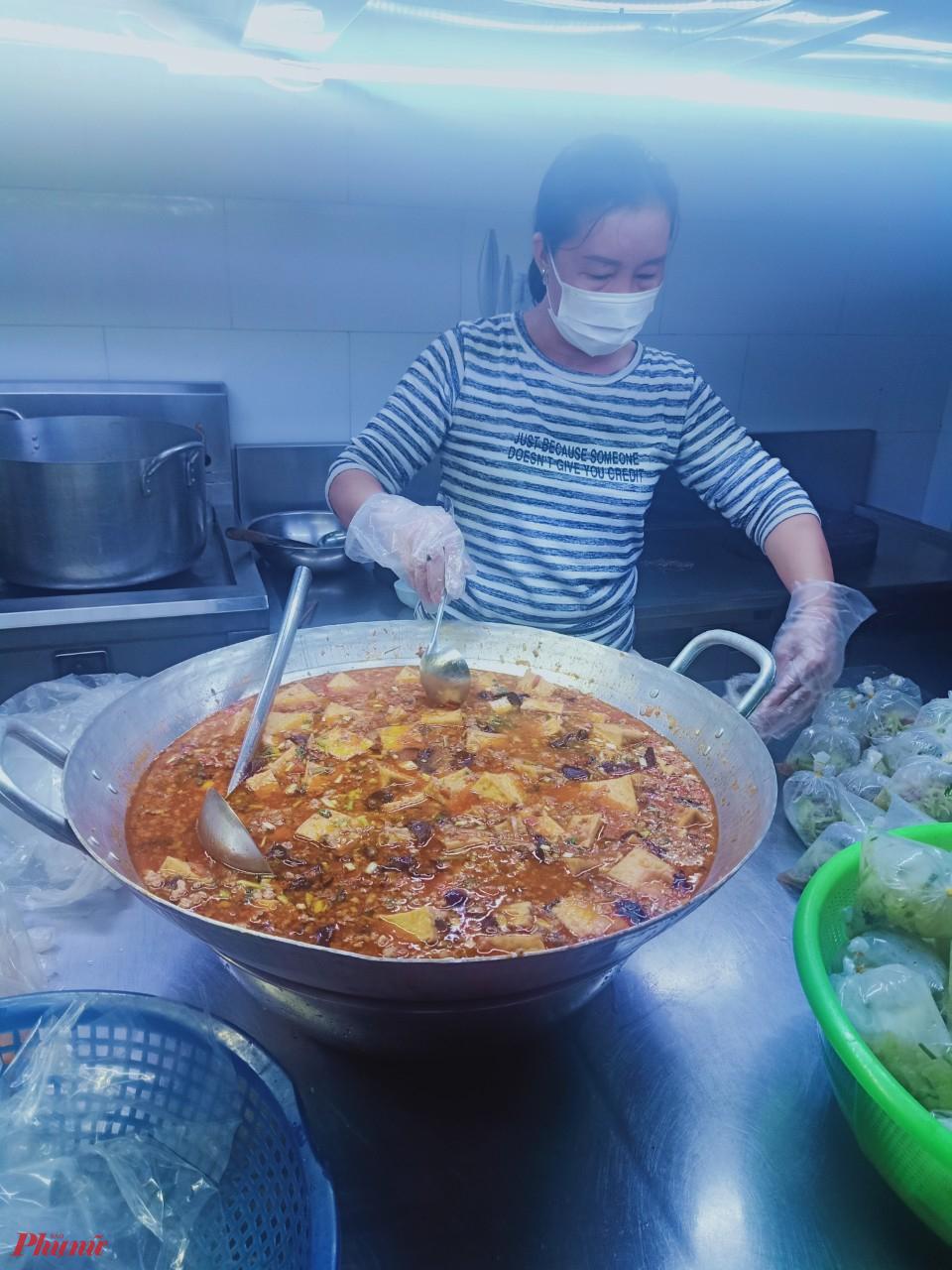 Hội viên phụ nữ đảm nhận nấu cơm cho người dân ở khu vực đang cách ly do ảnh hưởng dịch bệnh COVID - 19