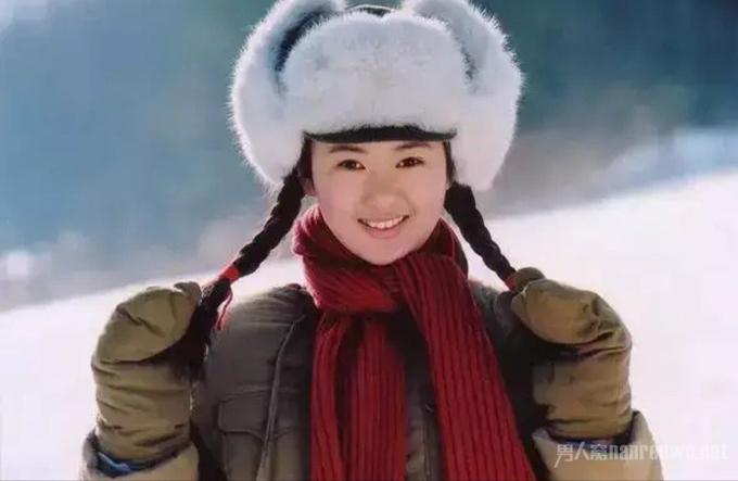 Đồng Dao sinh năm 1985, tại Côn Minh, tỉnh Vân Nam, Trung Quốc.