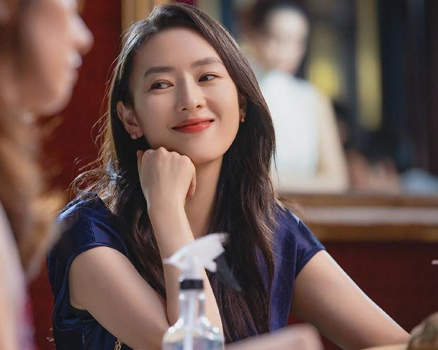 Trong gần 20 năm qua, sắc vóc Đồng Dao không thay đổi quá nhiều. Nữ diễn viên cho biết về da mặt, cô chăm bôi kem chống nắng khi ra ngoài. Nữ diễn viên thường ăn đồ luộc, hấp, nhiều rau để đảm bảo giữ vóc dáng cân đối.