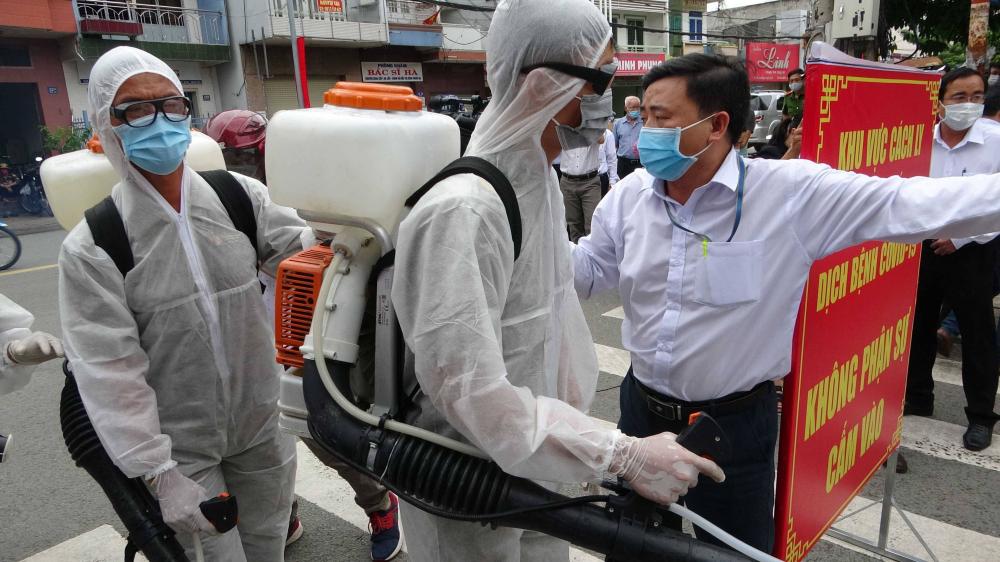Lực lượng chức năng phun thuốc khu vực con đường Hồ Văn Đại, phường Quang Vinh, TP.Biên Hoà, tỉnh Đồng Nai vào sáng ngày 3/8.