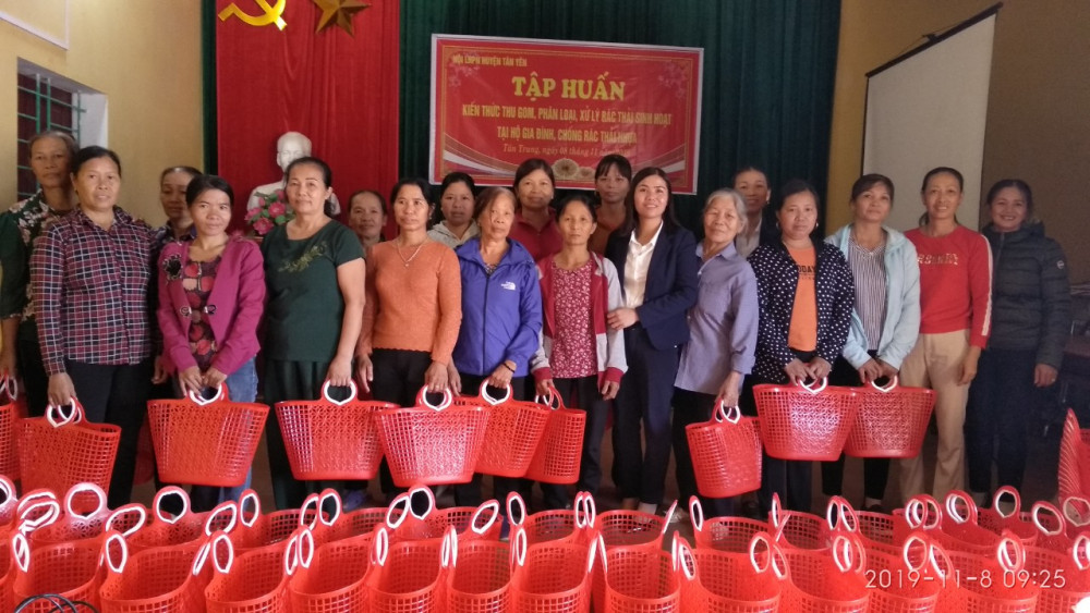 Trao giỏ đi chợ cho chị em phụ nữ ở Tân Yên