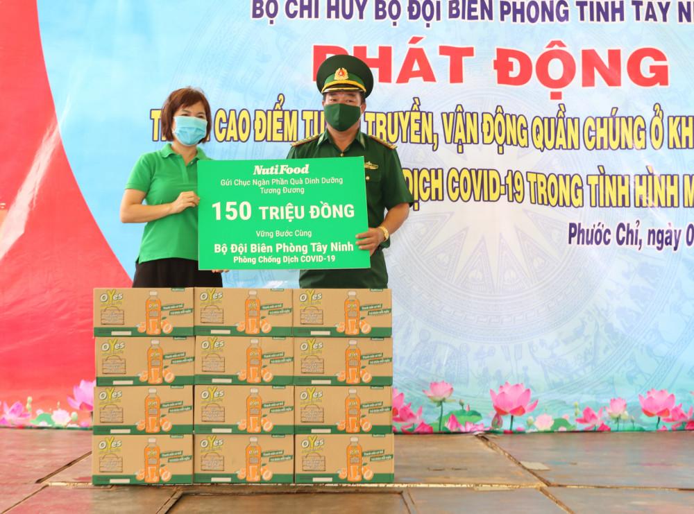 Đại diện NutiFood trao tặng hàng ngàn chai nước uống dinh dưỡng cho bộ đội biên phòng Tây Ninh