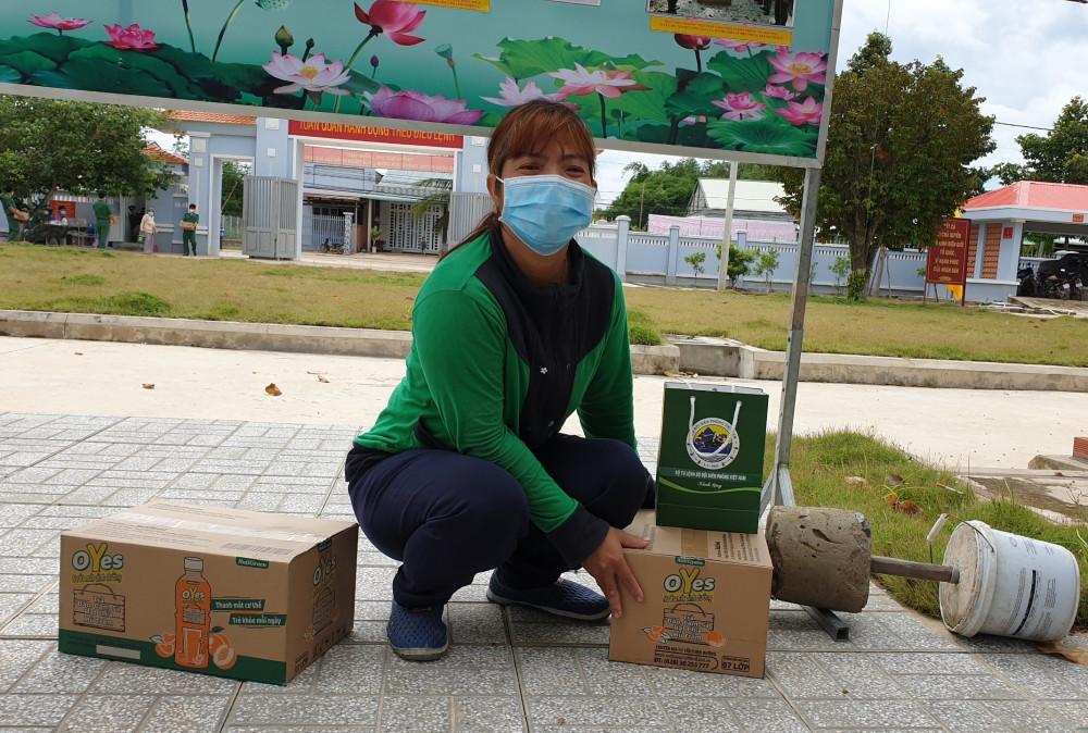 Người dân vùng biên giới hồ hởi mang những chai nước uống dinh dưỡng về nhà sau buổi tuyên truyền