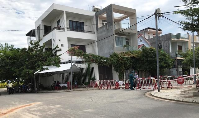 Lực lượng chức năng phong tỏa biện pháp cách ly y tế tại chỗ đối với khu dân cư đường số 6E thuộc tổ dân phố Trường Thọ Đông B