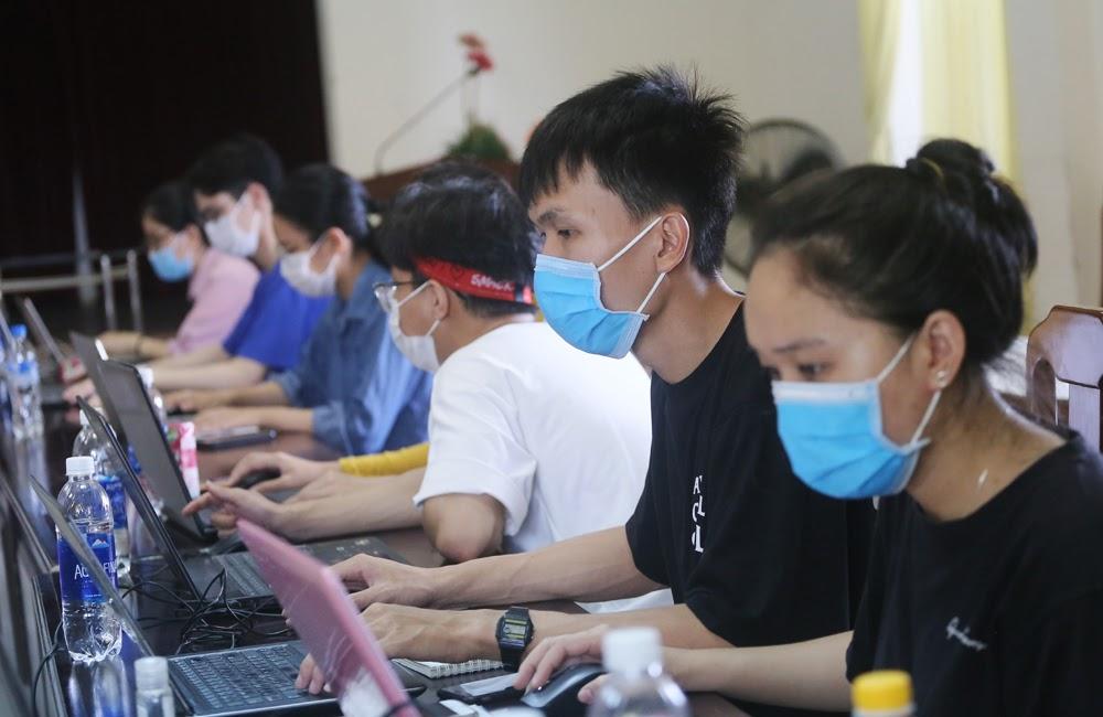 Sinh viên tình nguyện làm việc tại CDC Đà Nẵng - Ảnh: Lê Bảo - Minh Thùy