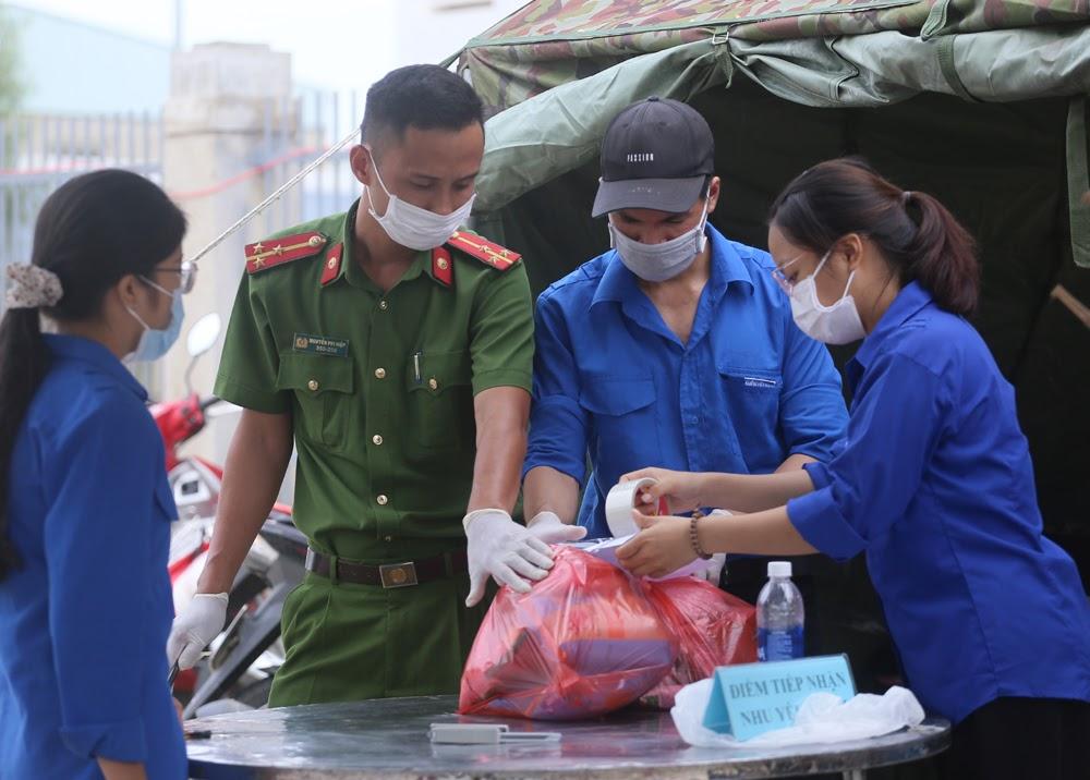 Nhiều sinh viên tình nguyện không ngần ngại tham gia vào công tác phòng chống dịch tại tâm bão Đà Nẵng (ảnh Lê Bảo - Minh Thùy)