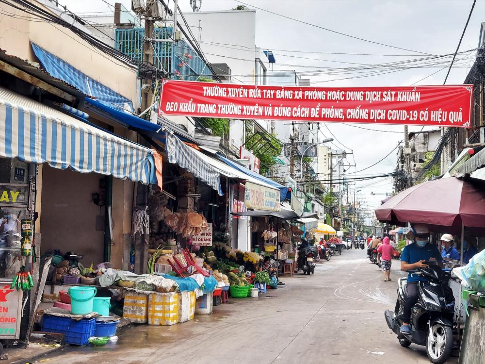 Chợ Bà Hoa thưa thớt người trong đợt dịch COVID-19 lần thứ hai - Ảnh: Sơn Vinh