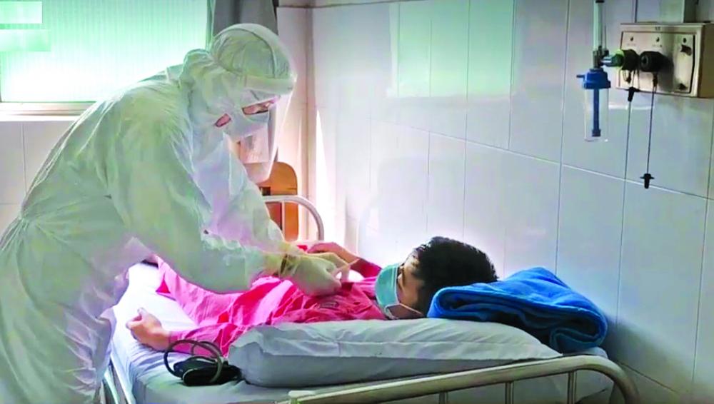 Mỗi người phải ý thức và có cách hành xử với bất cứ người đối diện nào cũng như thể người đó là bệnh nhân COVID-19 - Ảnh: CR