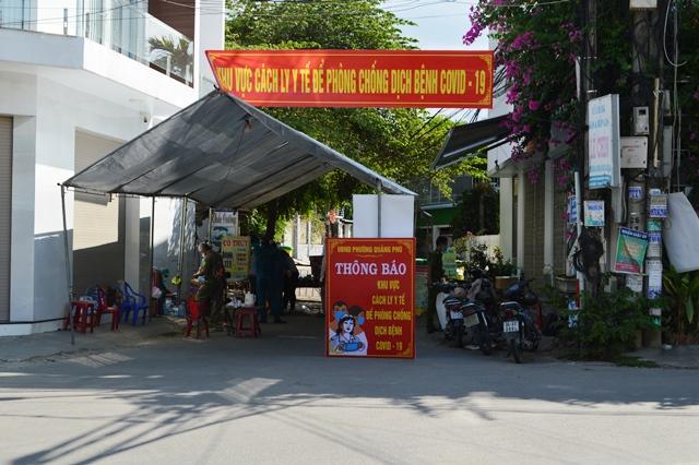 Lực lượng chức năng phong tỏa khu vực nhà bệnh nhân 419 phòng, chống dịch COVID-19