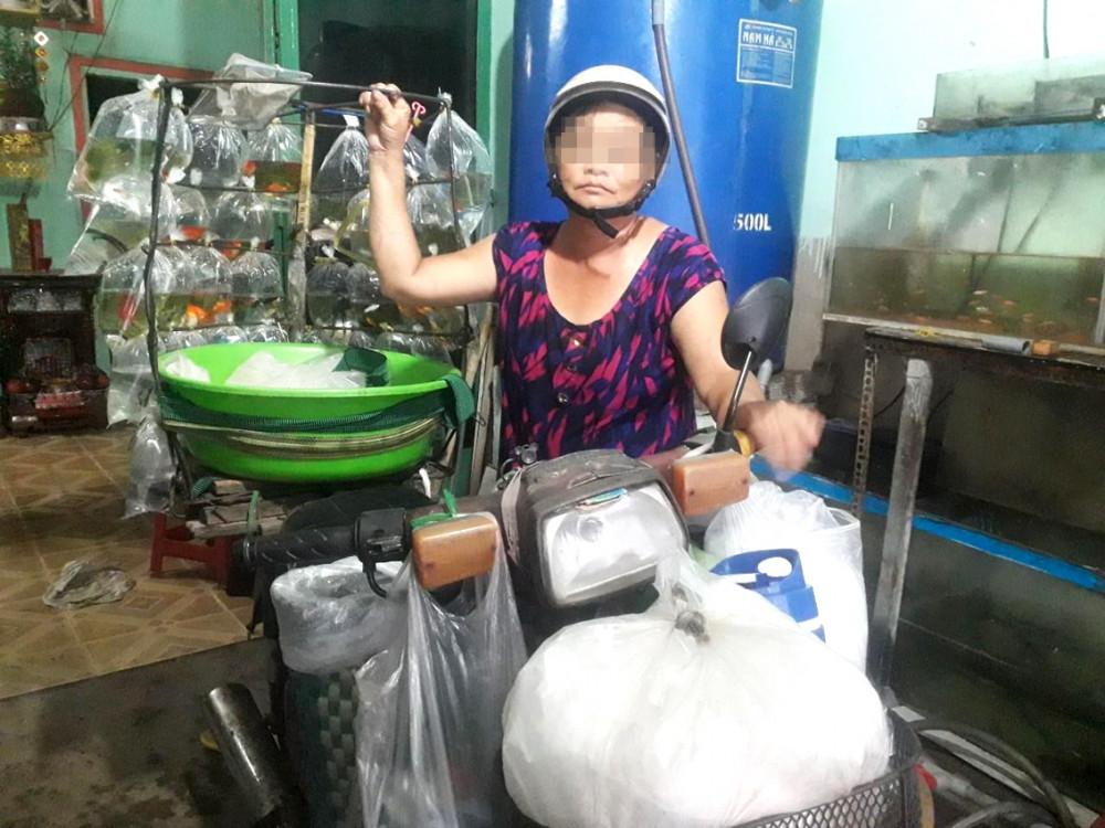 Chị Trắng với công việc đi bán cá kiểng mỗi ngày