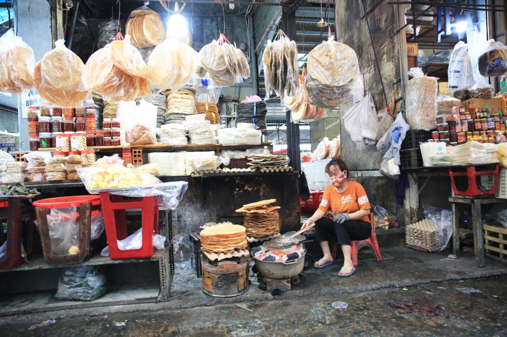 Chị Nguyễn Thị Bông cho biết, ngày thường, chị bán tại chỗ được hơn 400 chiếc bánh tráng Quảng Ngãi nhưng từ lúc dịch COVID-19 bùng lên ở miền Trung, lượng bánh bán giảm hơn phân nửa - Ảnh: Đức Minh