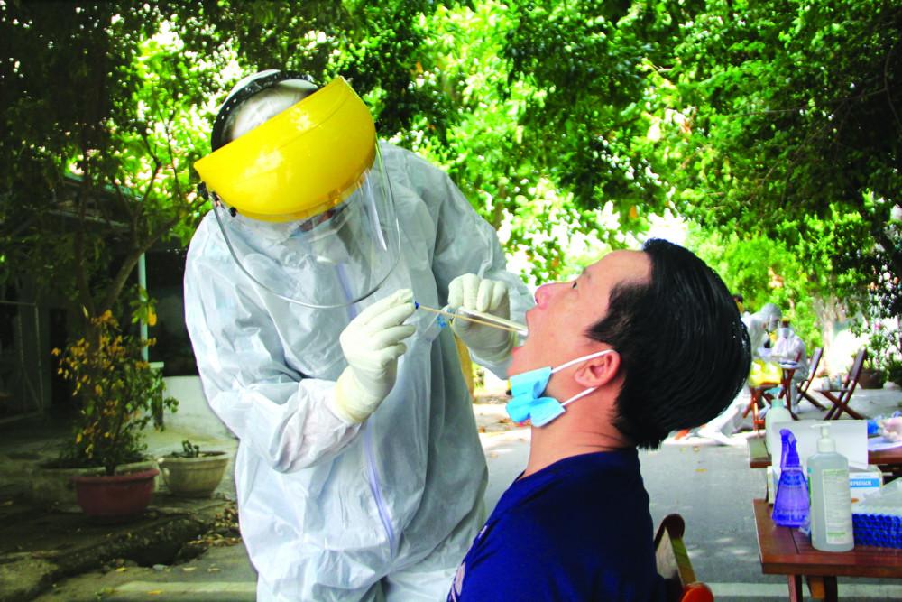 Bên trong khu dân cư Lưu Minh (thị trấn Hà Lam, huyện Thăng Bình), nơi có gần 400 nhân khẩu đang bị phong tỏa. Hằng ngày, các y bác sĩ đều phải lấy mẫu để xét nghiệm