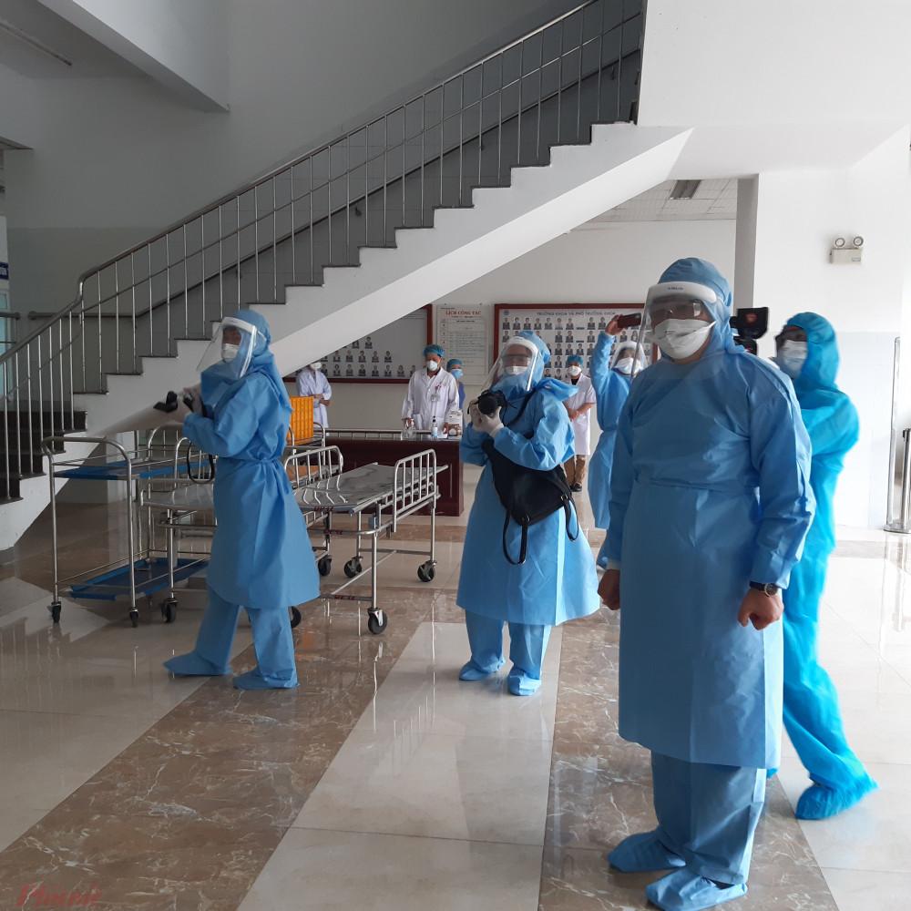 Ông Huỳnh Đức Thơ (ngoài cùng bìa phải) đi thị sát ổ dịch Bệnh viện Đà Nẵng