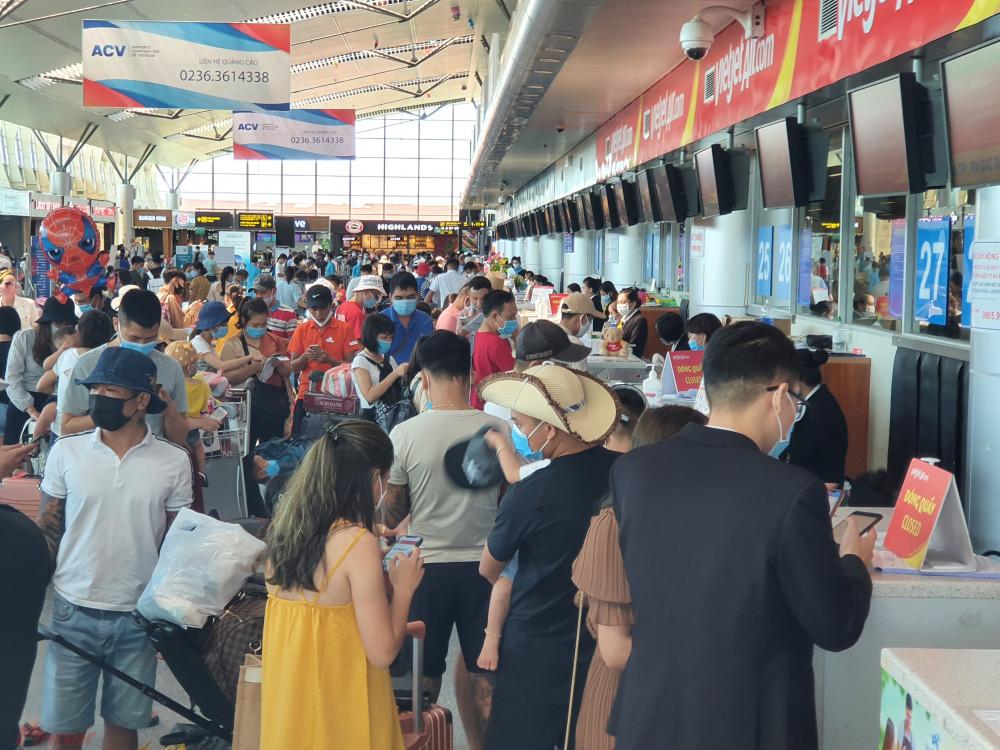 Khách du lịch rời thành phố Đà Nẵng trước ngày 28/7, thời điểm bắt đầu thực hiện lệnh cách ly theo Chỉ thị 16 của Thủ tướng