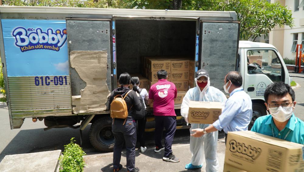 Trong sáng 4/8, đoàn xe hàng chở hàng trăm ngàn sản phẩm tã trẻ em và khăn ướt Bobby và tã giấy người lớn Caryn và Bobby tới các Bệnh viện tại Đà Nẵng