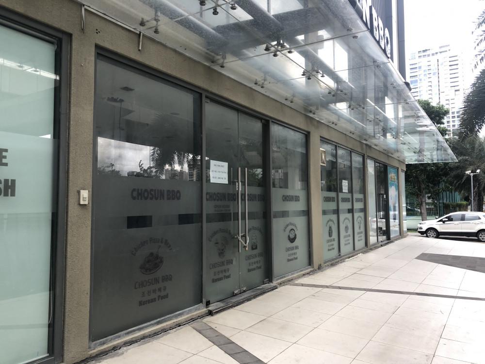 Khối đế shophouse tại chung cư Masteri Thảo Điền bỏ trống rất nhiều vì vừa ảnh hưởng dịch COVID-19 vừa ảnh hưởng bởi hạ tầng đang thi công