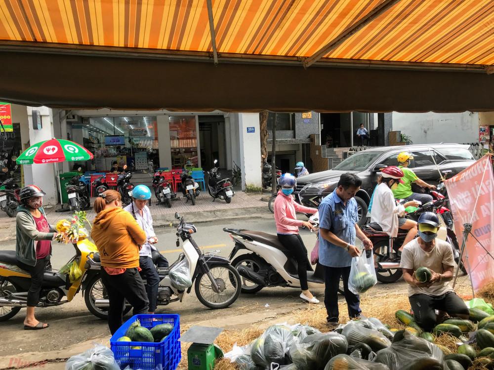 Trong sáng nay tại điểm bán quận Bình Thạnh cũng có khá đông khách hàng ghé mua dưa.