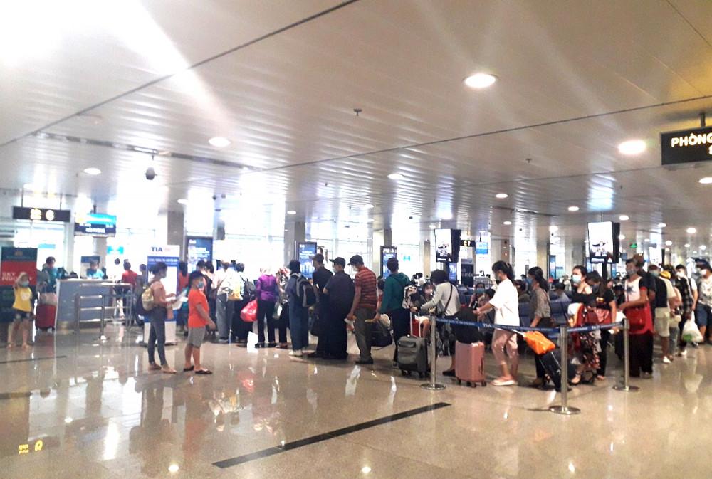 Hành khách bay trong thời điểm này bị động vì hãng hàng không liên tục hủy, hoãn chuyến nhiều lần
