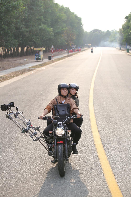 Một cảnh hậu trường trong phim Kẻ săn tin được ê-kíp của Minh Hằng tiết lộ