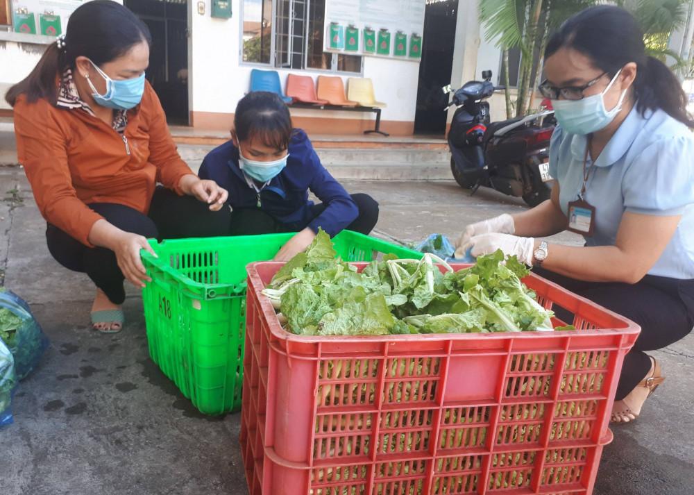 Các cán bộ hội phụ nữ phường đi chợ thay hàng trăm hộ dân trong khu cách ly