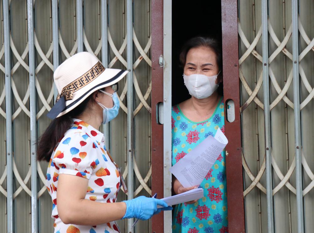 Cán bộ Hội phụ nữ phường Thắng Lợi đi tuyên truyền cho người dân về công tác phòng, chống dịch COVID-19
