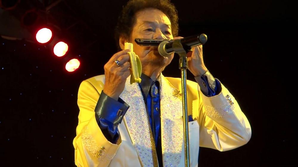 Nghệ sĩ Tòng Sơn nổi tiếng với tài vừa ăn chuối, vừa thổi harmonica.