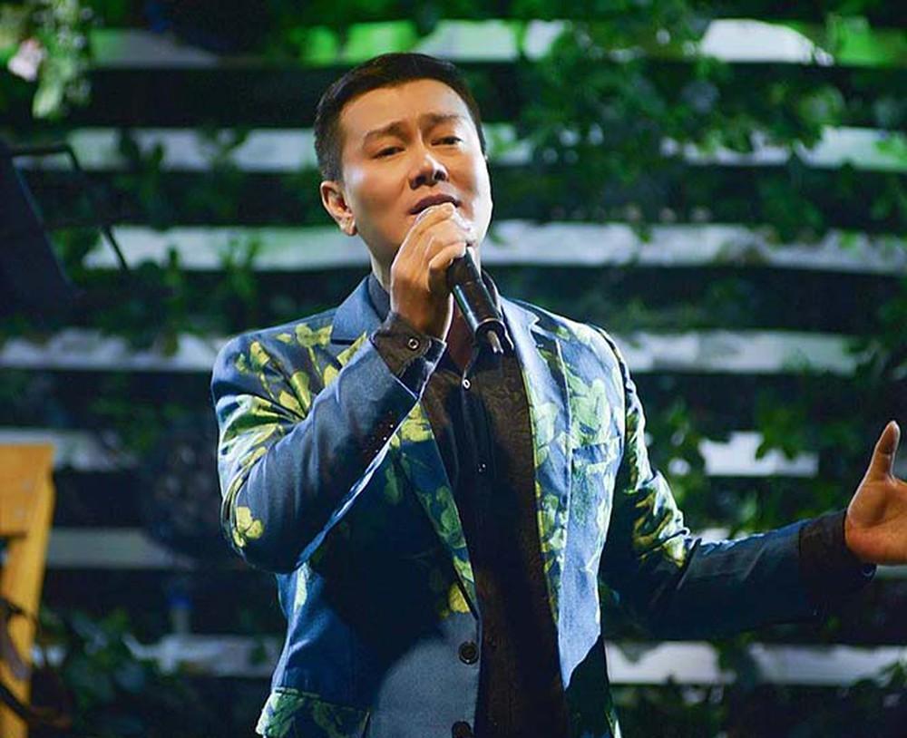 NSƯT Tuấn Phương tốt nghiệp khoa Thanh nhạc tại Cao đẳng Nghệ thuật Hà Nội. Anh nhận danh hiệu Nghệ sĩ Ưu tú vào năm 2019.