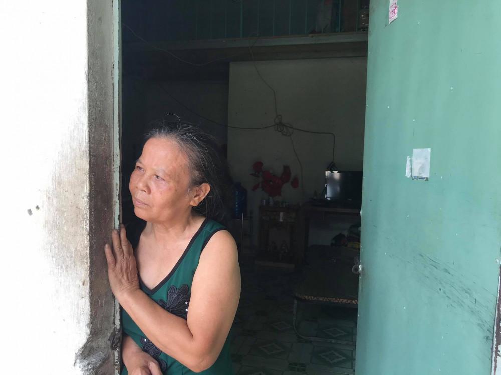 Bà Cưng đứng thẫn thờ trước phòng trọ khi bị mất số tiền quá lớn