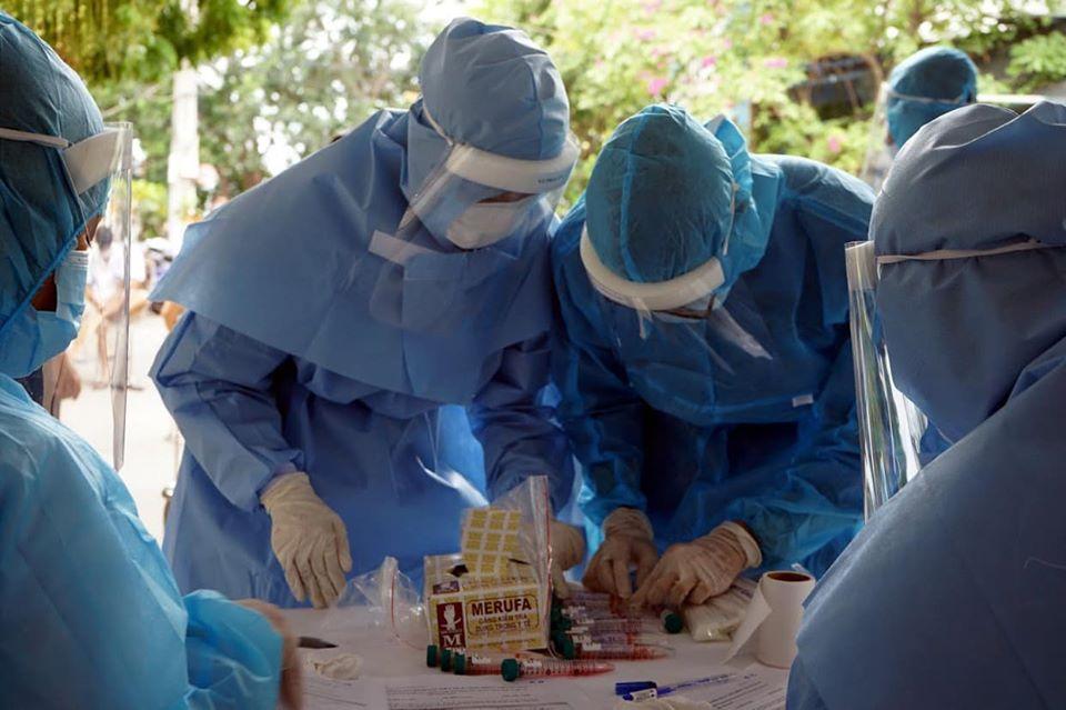 Nhân viên y tế lấy mẫu xét nghiệm tại Đà Nẵng