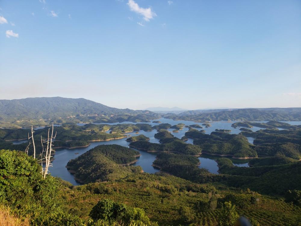 Hồ Tà Đùng nằm ở khu bảo tồn thiên nhiên Tà Đùng của tỉnh Đắk Nông. Nó thuộc cả hai địa phận của xã Đắk P 'lao và xã Đắk Som , cách thị xã Gia Nghĩa khoảng 45km.