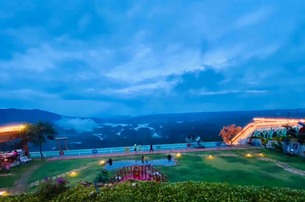 """Được đưa vào khai thác du lịch Được phát hiện vào năm 2016, hồ Tà Đùng nhanh chóng trở thành điểm đến yêu thích của không ít du khách bởi cảnh quan độc đáo. Nó được dân du lịch ví von là """"vịnh Hạ Long của Tây nguyên"""", với hơn 40 hòn đảo lớn nhỏ nhấp nhô giữa mặt hồ rộng lớn..."""