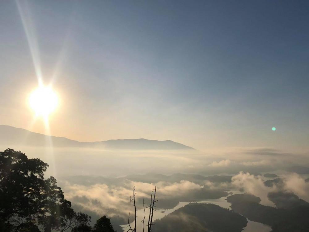 Hồ Tà Đùng đẹp quanh năm bởi thiên nhiên, khí hậu ở Tây Nguyên vô cùng mát mẻ. Nếu đến Tà Đùng buổi sáng sớm, bạn sẽ được ngắm những áng mây trôi bồng bềnh