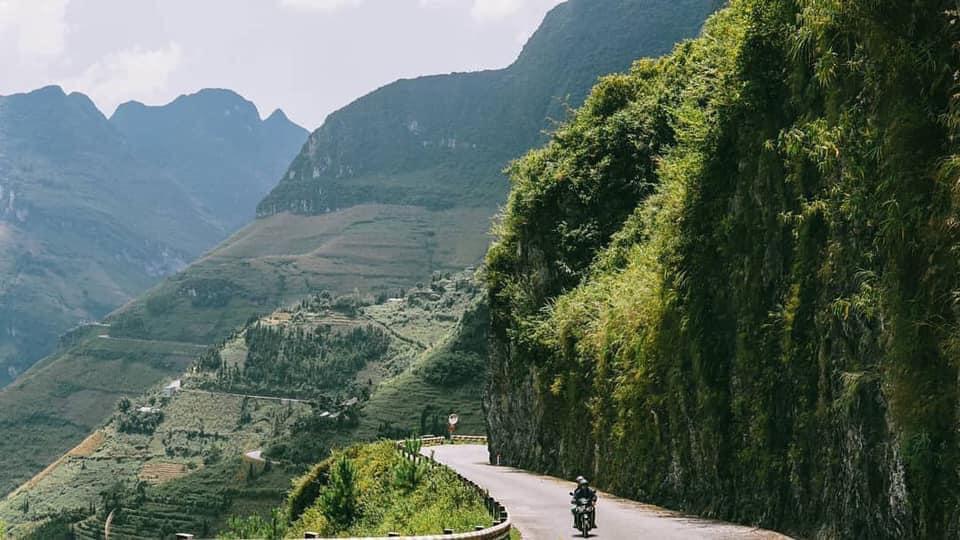 cách thị xã Gia Nghĩa khoảng 45km men theo Quốc lộ 28. Tuy đường dài nhưng dễ đi, chạy xe bon bon trong khung cảnh núi rừng hoang dã sẽ để lại cho du khách những trải nghiệm khó quên, trước khi chính thức chiêm ngưỡng vẻ đẹp của tuyệt tác hồ Tà Đùng.
