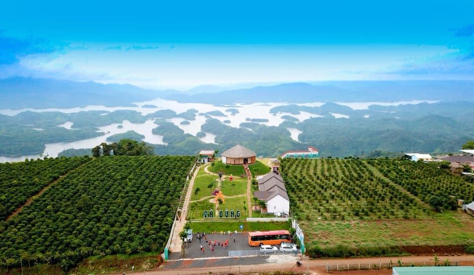 Hồ Tà Đùng nằm trong khu bảo tồn có diện tích 22.000ha. Riêng diện tích hồ Tà Đùng lDiện tích của hồ là 5000ha với hơn 40 hòn đảo lớn nhỏ khác nhau.