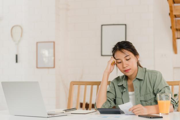 Tiền nong là vấn đề đau đầu của các chị em nghỉ làm ở nhà nội trợ. Ảnh minh họa