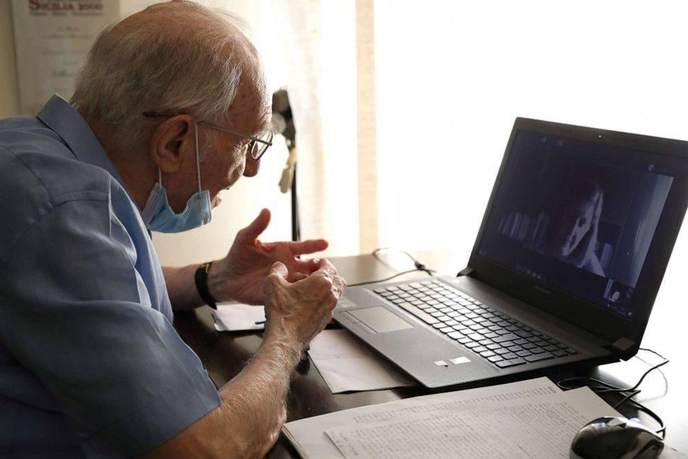 Công nghệ hiện đại không hề gây khó khăn cho sinh viên 96 tuổi này. Trong ảnh là ông Paterno đang dự một buổi học trực tuyến qua mạng được nhà trường tổ chức giữa thời điểm giản cách xã hội. Ảnh: Reuters.