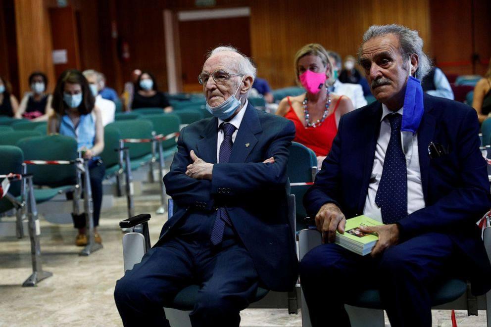 """""""Tân cử nhân"""" 96 tuổi đang hồi hộp chờ đợi giây phút được bước lên bục danh dự nhận bằng tốt nghiệp. Ảnh: Reuters"""