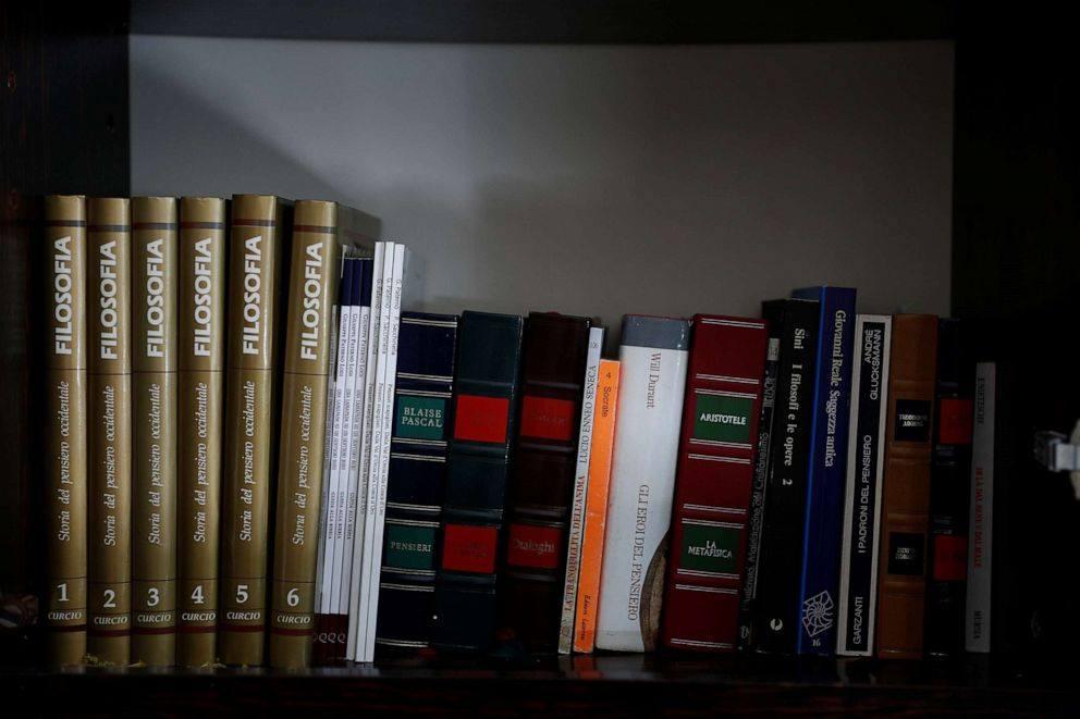 Giá sách đầy những quyển sách quý mà ông Paterno nâng niu gìn giữ. Ảnh: Reuters