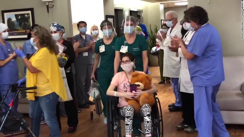Một cô gái khác, 24 tuổi, chiến thắng COVID-19 sau gần 80 ngày điều trị trong bệnh viện, nói rằng cô rất hối hận vì không đeo khẩu trang - Ảnh: CNN/Getty Images