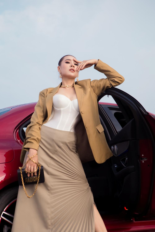 Cũng là một bộ vest nhưng được phối theo phong cách sexy, gợi cảm hơn. Chiếc áo ôm sát khoe vòng 1 quyến rũ chính là điểm nhấn cho set đồ này. Mái tóc xoăn dài, khuyên tai bản to, túi đeo ngang hông cùng boot lửng là những phụ kiện giúp cho cô nàng trở nên cực kỳ thu hút.
