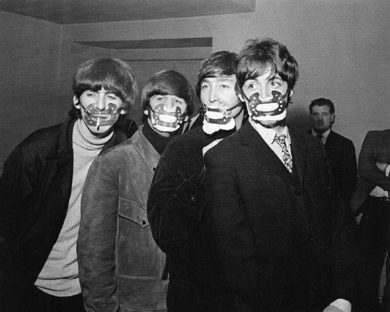 Ban nhạc huyền thoại The Beattle đeo khẩu trang chống bụi bẩn ở thành phố Manchester, Anh, năm 1965. Ảnh Internet