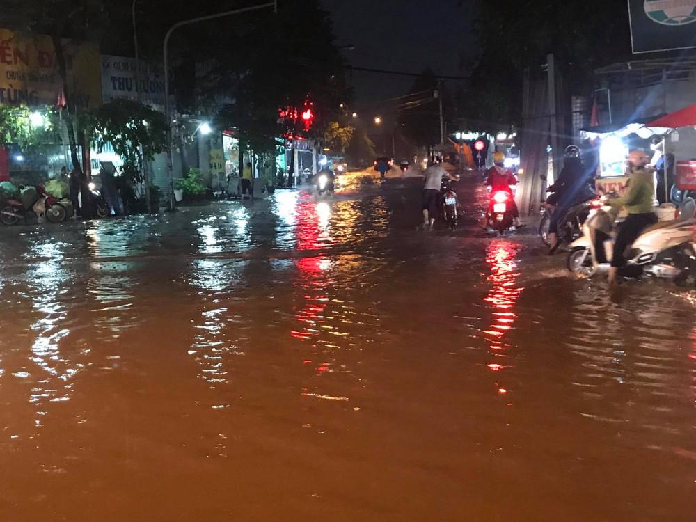 Ngã ba giao nhau giữa đường Lê Thị Trung và Thuận An Hoà xuống cấp, nước ngập gây nguy hiểm cho người đi đường