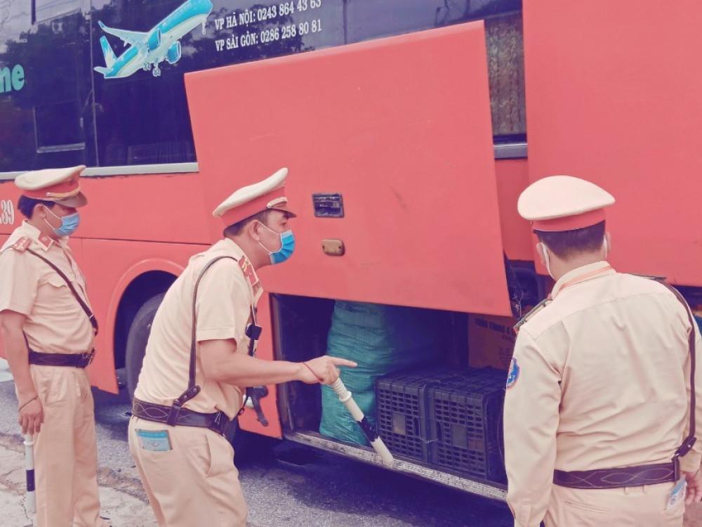 Hàng chục ngàn khẩu trang được cất dấu bên trong gầm xe khách