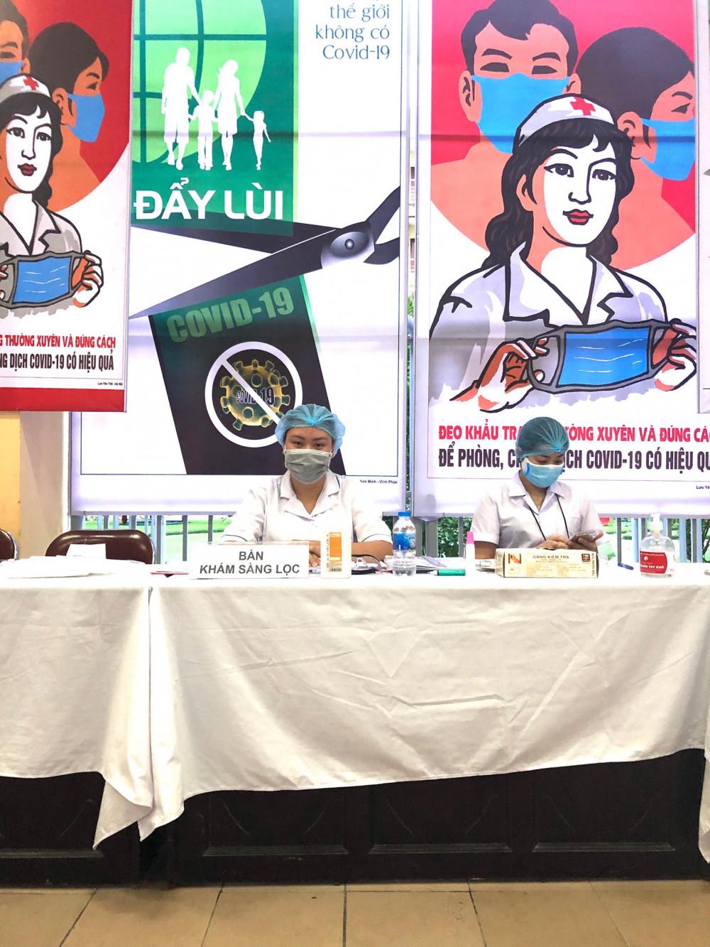 Chị Hương cùng đồng nghiệp căng mình tầm soát dịch bệnh (Ảnh nhân vật cung cấp)