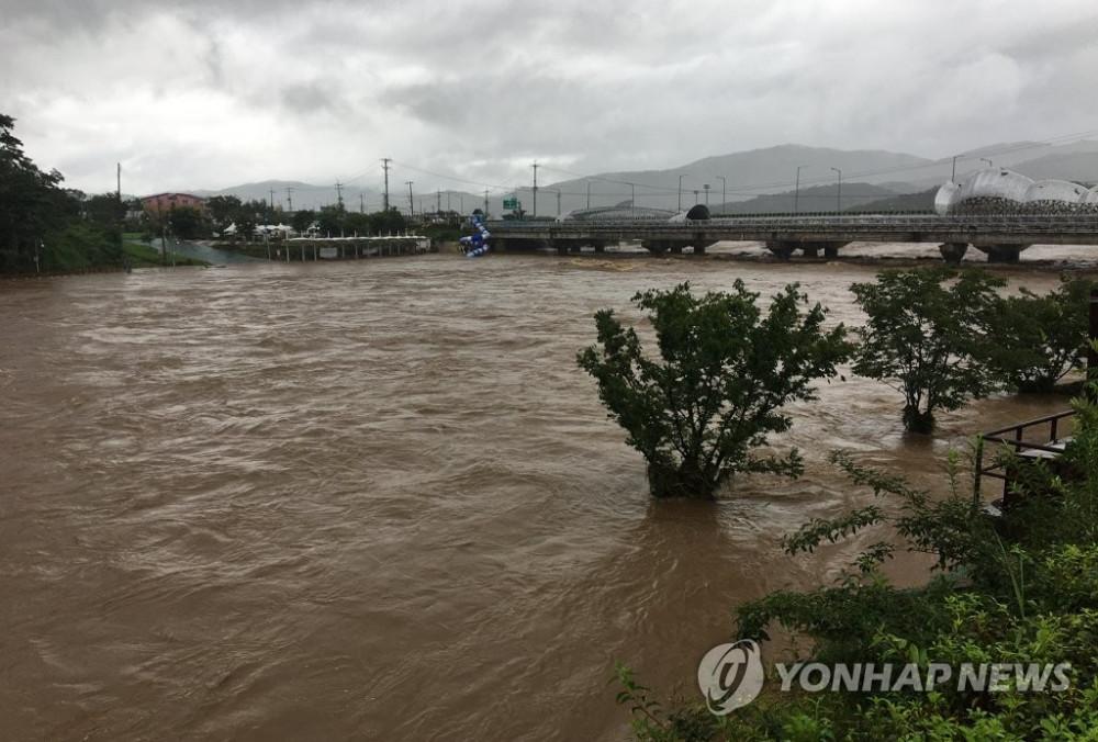 Mưa lớn nhiều ngày khiến mực nước các sông dâng cao nhanh chóng.