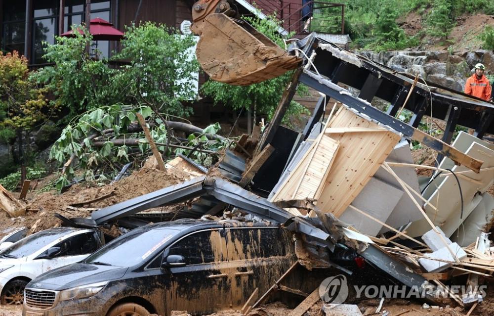 Lính cứu hộ cố gắng tìm kiếm những người mất tích sau vụ lở đất ở Gapyeong vùi lấp nhiều ngôi nhà.