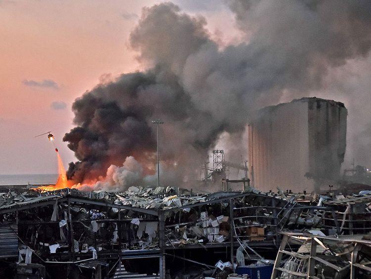 Trực thăng dập đám cháy sau vụ nổ. Ảnh: Gulf News