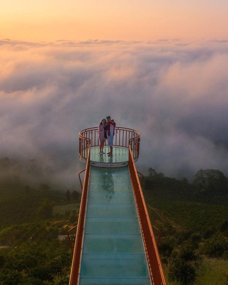 Để ngắm trọn vẹn vẻ đẹp của hồ Tà Đùng, ở đây còn được xây cây cầu kính dựng bằng kim loại, ốp kính dưới sàn, nơi bạn có thể ngắm toàn bộ khung cảnh hồ Tà Đùng đồng thời có thể lưu lại những bức ảnh ưng ý nhất. Ảnh: Minh Triết
