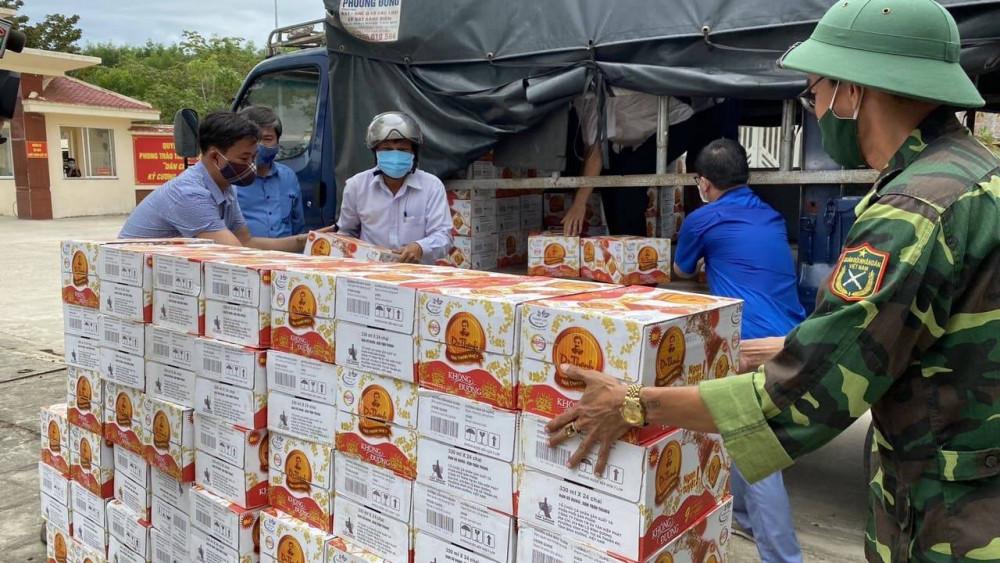 Thức uống đóng chai hàng đầu hiện nay có các thành phần thảo mộc quý hỗ trợ giúp tăng cường hệ miễn dịch này nhanh chóng được trao gửi về các địa bàn tỉnh Quảng Nam để chung tay phòng chống dịch bệnh. Ảnh: THP cung cấp